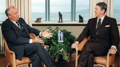 El acuerdo nuclear INF fue firmado por Mijail Gorbachov (Unión Soviética) y Ronald Reagan (Estados Unidos) en 1987