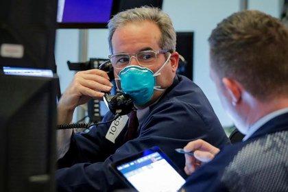 FOTO DE ARCHIVO. Un operador bursátil con mascarilla trabaja en la Bolsa de Nueva York (NYSE, por sus siglas en inglés), en EEUU. 19 de marzo de 2020. REUTERS/Lucas Jackson.