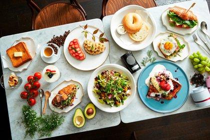 Según los hallazgos revelados por la investigación, los hombres que tomaron un desayuno abundante, pero una cena pequeña, quemaron 2.5 veces más calorías después de comer, en comparación con cuando tomaron un desayuno pequeño y una cena grande (Shutterstock)