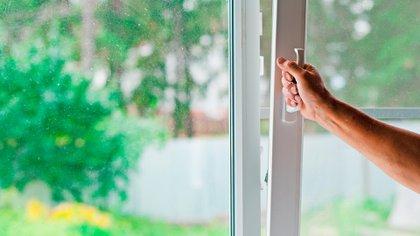 El límite de tiempo que las personas deberían estar en ambientes cerrados depende de los factores relevantes, incluida la ventilación y filtración de la habitación y el uso de mascarillas (Shutterstock)