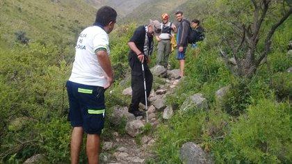 El turista de 62 años (en el medio con el bastón) fue rescatado esta tarde.