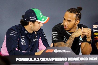 Pérez y Hamilton comparten un momento durante la conferencia de prensa en Ciudad de México (Foto: EFE)