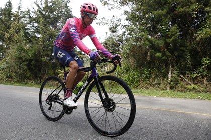 El cicilista colombiano Rigoberto Urán fue registrado este miércoles al entrenar en carreteras del corregimiento de Santa Elena, al oriente de Medellín (Colombia). EFE/Luis Noriega