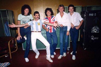 Diego Maradona junto a Queen, cuando la legendaria banda de rock tocó en Vélez, en 1984