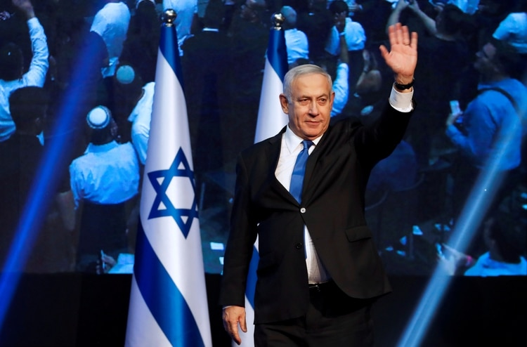 Benjamin Netanyahu saluda a los militantes del Likud tras el anuncio de los resultados boca de urna (REUTERS/Ammar Awad)