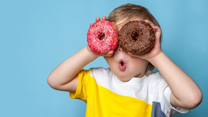 Las recomendaciones de la OMS respecto al consumo de azúcar apuntan a reducir la ingesta de azúcares libres, tanto en niños como en adultos (Shutterstock)