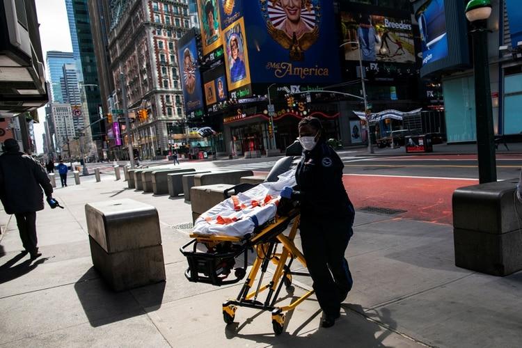Un trabajador de la salud llega a la estación de metro de Times Square con una máscara facial mientras el brote de la enfermedad coronavirus (COVID-19) continúa en Nueva York, EEUU, este 21 de marzo de 2020 (REUTERS/Eduardo Munoz)