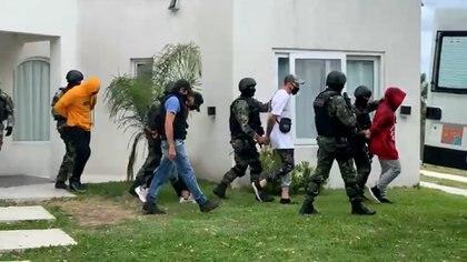 El grupo de jóvenes siendo trasladado a la dependencia policial.