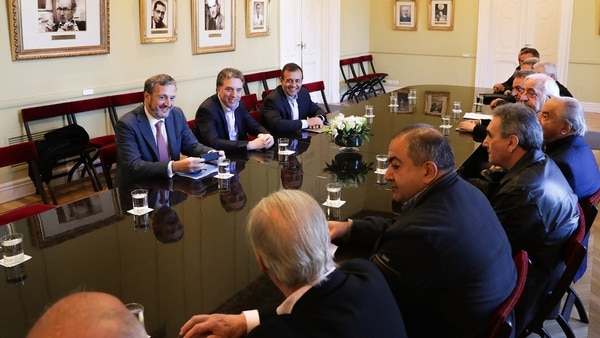 El ministro de Hacienda, Nicolás Dujovne; el secretario de Coordinación Interministerial, Mario Quintana, y el jefe de Gabinete del Ministerio de Trabajo, Ernesto Leguizamón, se reunieron con la dirigencia de la CGT, en la Casa de Gobierno.