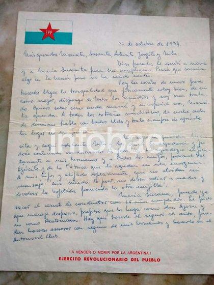 """La carta a su familia del 22 de octubre de 1974, en una hoja del ERP: """"Y a mis hijos y mis ahijados especialmente, que no olviden mi mensaje: 'Aún suceda lo peor, no deben odiar a nadie, y devolver la bofetada poniendo la otra mejilla'"""", escribió"""