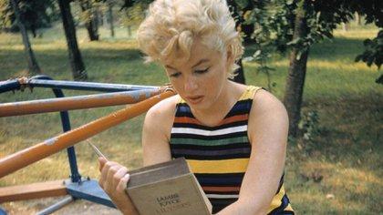 """Marilyn Monroe en Long Island. New York, año 1955, leyendo el """"Ulises"""" de Joyce"""