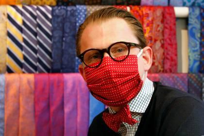 El sastre Jan-Henrik Maria Scheper-Stuke, que se dedica en Berlín a los pañuelos de cuello, comenzó a fabricar mascarillas quirúrgicas de tela. (REUTERS/Axel Schmidt)