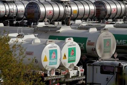 Imagen de archivo: Camiones cisterna captados en la refinería Cadereyta de la petrolera estatal mexicana Pemex. Cadereyta, en las afueras de Monterrey, México. 10 de diciembre de 2020. REUTERS / Daniel Becerril / Foto de archivo