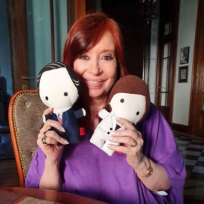 Cristina Kirchner posa con los muñequitos que le regaló la hija de Chávez
