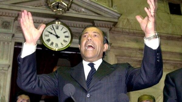 Diputados aplaudieron de pie la iniciativa de anunciar el defauult por el ex presidente Adolfo Rodríguez Saá, a fines de diciembre 2001 (Getty)