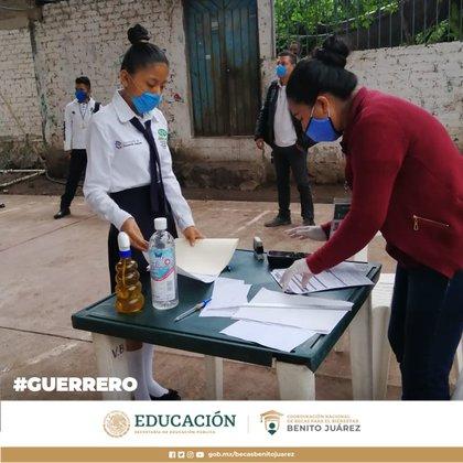 Estudiantes de Media Superior en el estado de Guerrero reciben la Beca Benito Juárez (Foto: Twitter/BecasBenito)