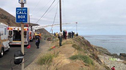 """La zona en la que cayeron se compone de riscos """"notoriamente resbaladizos"""", dijo un oficial. (Foto: Twitter@VCFD_PIO)"""