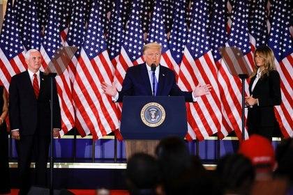Donald Trump, junto a Mike Pence y la primera dama, Melania Trump, al hablar en la Casa Blanca y denunciar que se inetnta un fraude para birlarle la victoria electoral. (Reuters)