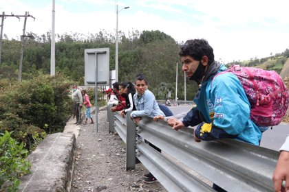 Fotografía del 13 de mayo que muestra a un grupo de migrantes venezolanos que camina por una carretera cercana a la frontera con Colombia (EFE/ Xavier Montalvo)