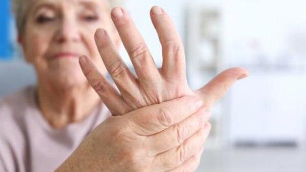 La enfermedad puede ser controlada y manejada a tiempo si, ante los primeros síntomas, se realiza una consulta con el médico reumatólogo