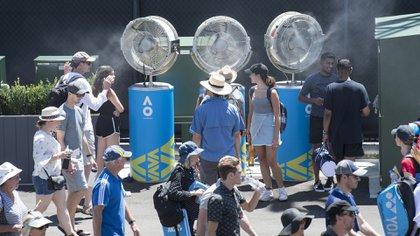 Los ventiladores que arrojan agua, protagonistas fundamentales del Abierto de Australia, donde se registran temperaturas de 40 grados (Getty Images)