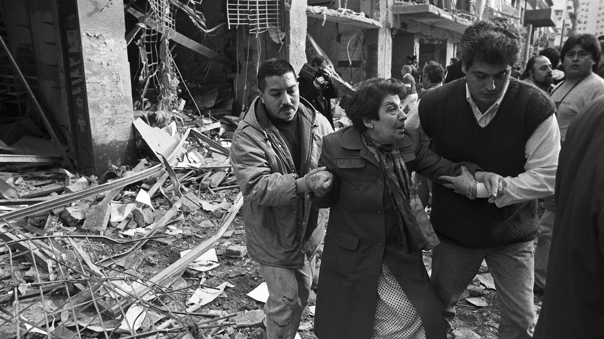 Ataque terrorista a la AMIA: causó 85 muertos y más de 300 heridos (Julio Menajovsky)