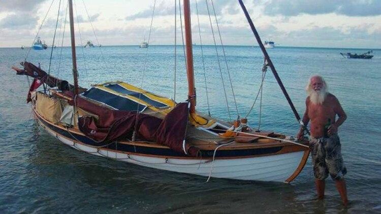 El ex corredor de bolsa posa junto a su embarcación