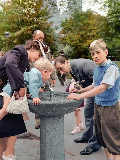 Una escena en un parque de Nueva York en los años 40