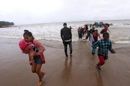 Venezolanos, principalmente menores, ingresando al territorio de Trinidad y Tobago