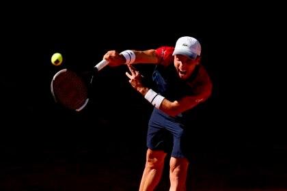 El tenista español Roberto Bautista realiza un saque durante el encuentro del Masters 1.000 de Madrid disputado ante el italiano Marco Cecchinato, en la Caja Mágica. EFE/JuanJo Martín