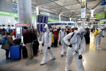 Desinfecci{on en el Aeropuerto de Málaga, España (Reuters)