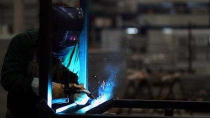 """La salida para la industria será """"lenta"""", según los economistas (REUTERS/Marcos Brindicci)"""