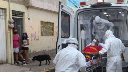 Los paramédicos Ángel Galicia, Dyan González y Nicolás Rodríguez trasladaron a un paciente con síntomas de Covid-19 en una ambulancia para ser llevado al Hospital Regional de Alta Especialidad Ixtapaluca (Foto: Cuartoscuro)