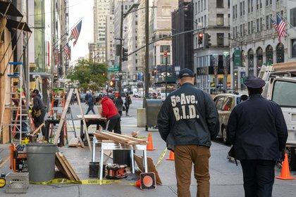 Distintos comercios se preparan para un posible escenario de violencia en el marco de las elecciones en EEUU. Foto: AFP