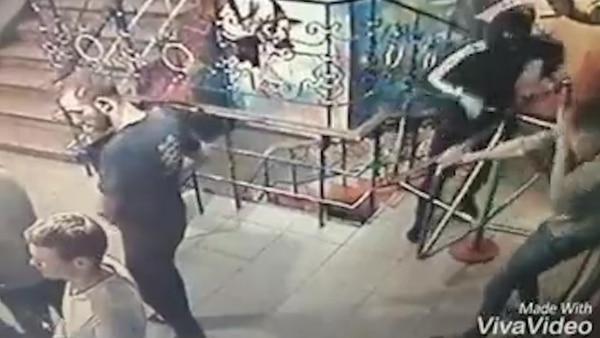 El criminal entró al club nocturno y arrojó la granada
