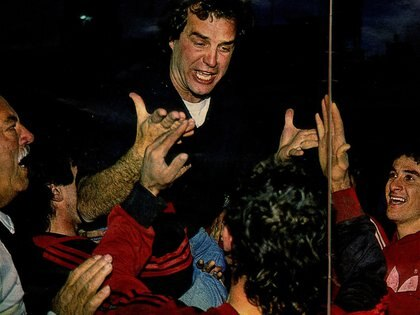 Bielsa repitió el festejo sobre los hombres en la Bombonera, tras vencer a Boca en la final de 1991 (Archivo de @maxiiroldan)