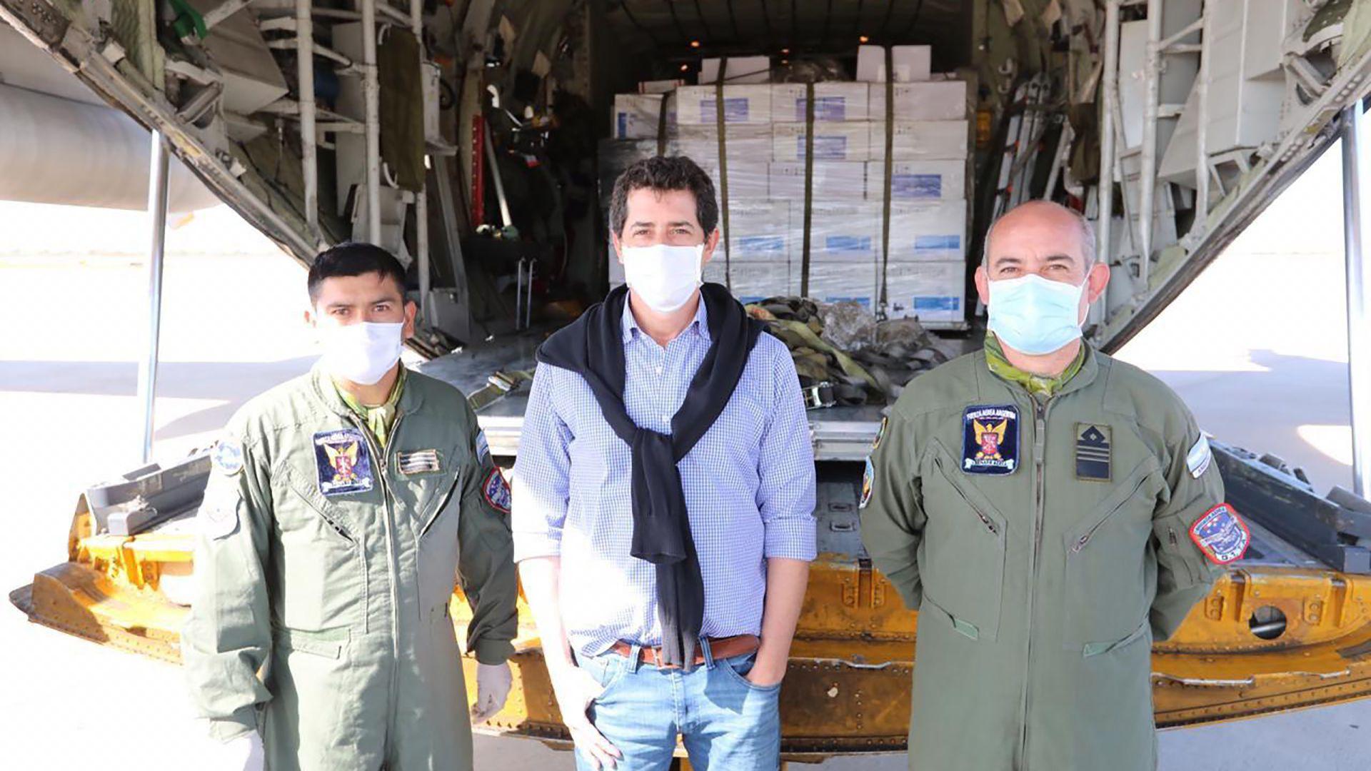 De Pedro junto a dos integrantes de la Fuerza Aérea (Foto: Presidencia)
