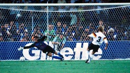 El flash de la final de Italia 90: Brehme ya conectó con su derecha el penal que Goycochea no pudo contener y que sirvió para el triunfo de Alemania contra Argentina en Roma