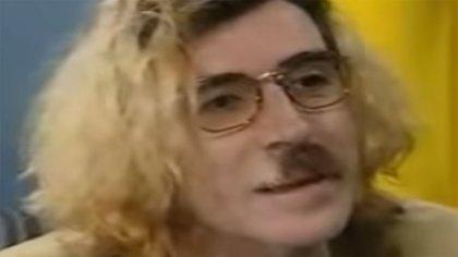 """Charly García con el """"look Kurt Cobain"""" en los '90 (Captura de TV)"""