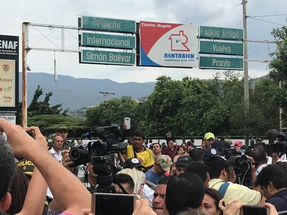 Migrantes sobre el Puente Simón Bolívar que conecta Colombia y Venezuela a través del río Táchira. Foto del autor.