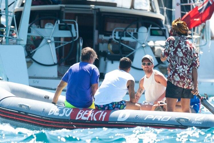 Pepe Costa y Messi en el gomón que los trasladó rumbo al yate (Grosby)