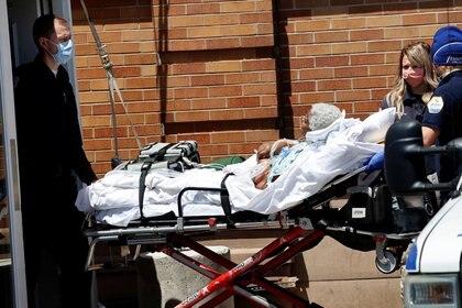 Paramédicos llevan a un paciente desde fuera del Centro Médico Maimonides en Brooklyn durante el brote de coronavirus en la ciudad de Nueva York. 13 de mayo de 2020.  REUTERS/Mike Segar