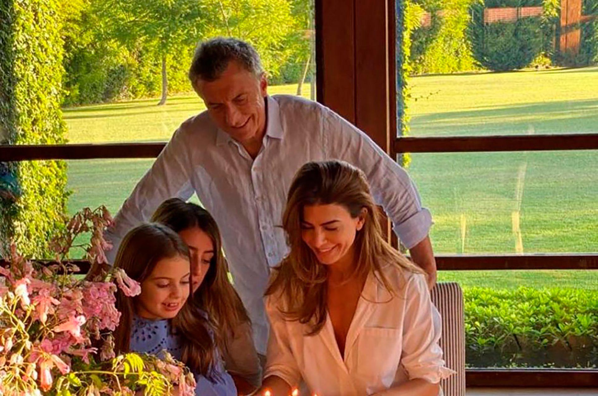 Mauricio Macri con Juliana Awada, Antonia y familia
