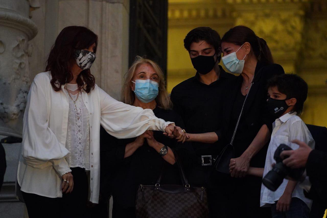 Muerte Carlos Saul Menem - Velorio Senado Cristina Kirchner recibe el cajón y a la familia