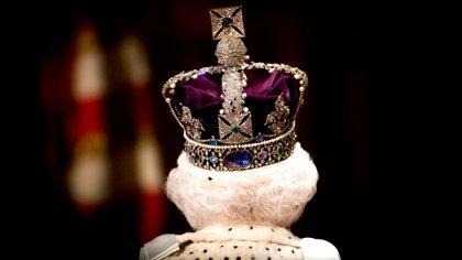 La Reina Isabel II camina por la Galería Real durante la Apertura Estatal del Parlamento en Londres (Foto de Shutterstock (5689090ai)