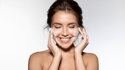 Para empezar lo mejor es con una limpieza con agua micelar y luego con emulsión ligera (Shutterstock)