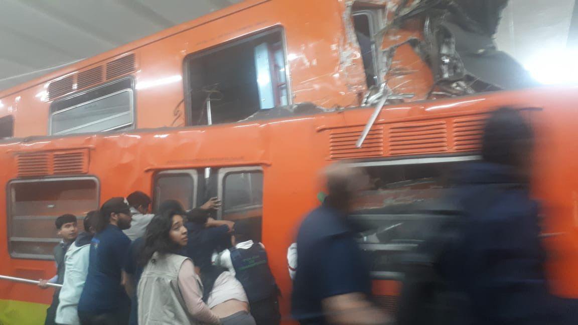 Diversas personas se apoyaron con tubos para rescatar a los heridos. (Foto: Especial)