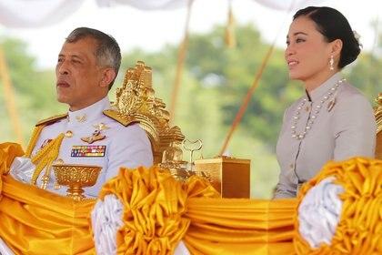 El rey de Tailandia, Maha Vajiralongkorn, y la que es su cuarta esposa, la reina Suthida (ZUMA PRESS / CONTACTOPHOTO)