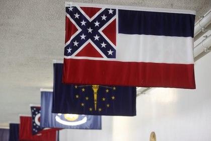 La bandera estatal de Mississippi, con el símbolo de los confederados REUTERS/Jonathan Ernst