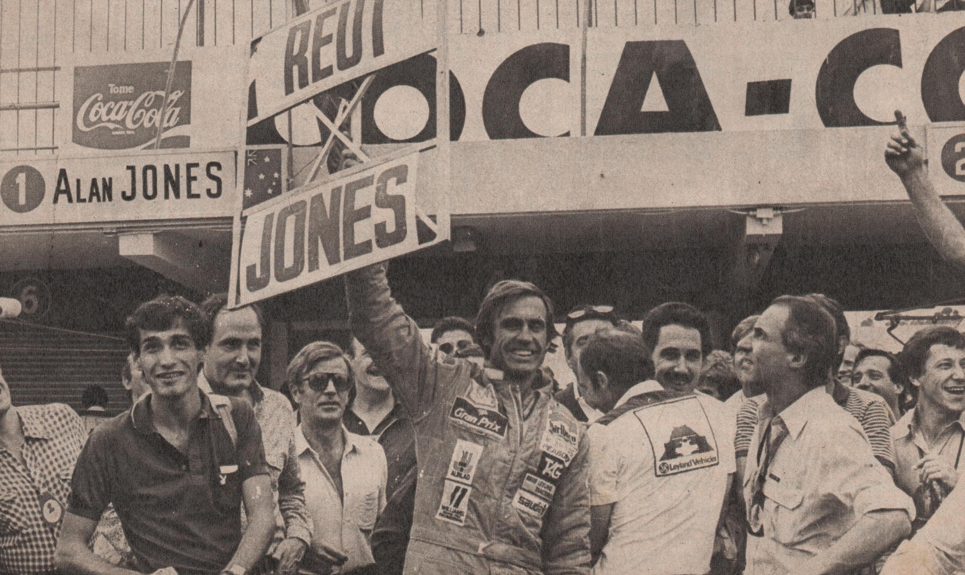 Lole saluda a su gente en Buenos Aires con el famoso cartel, pero con las posiciones invertidas. Hizo delirar al público (Archivo CORSA)